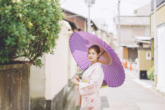 番傘をさす着物姿の女性