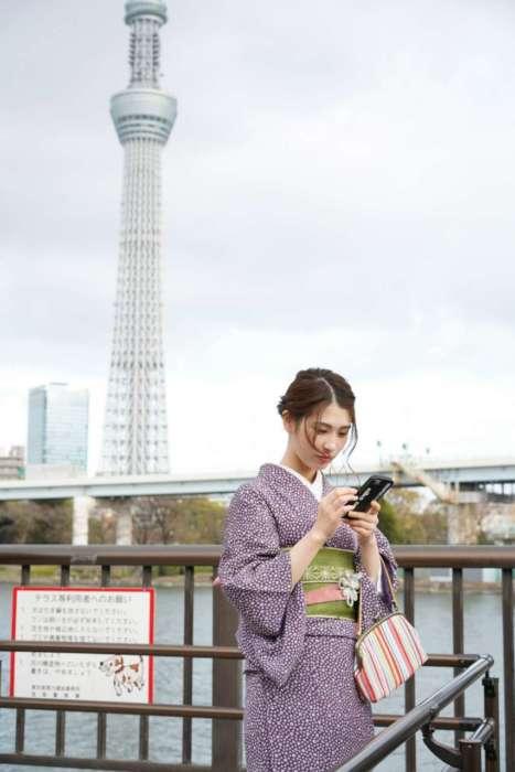 東京スカイツリーをバッグに着物姿のモデル