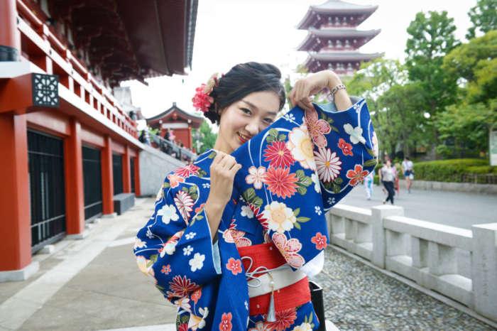 浅草寺で 青色の着物