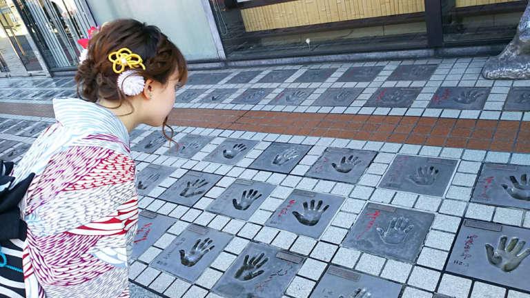 浅草公会堂前で往年のスターの軌跡に触れる