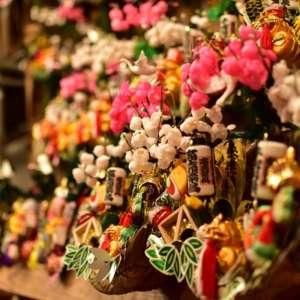 浅草鷲神社での酉の市の縁起物の熊手