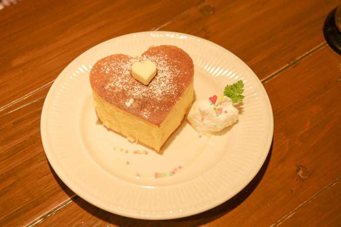 ブルーファーツリーのハート型のホットケーキ