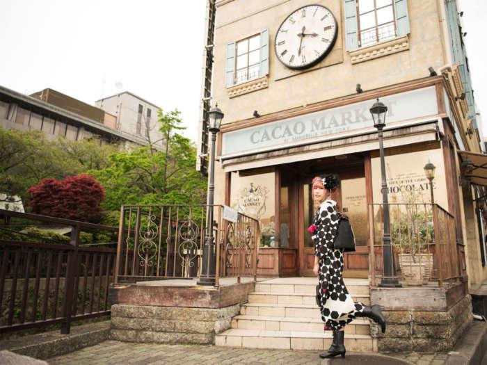 京都・祇園のカカオマーケット バイ マリベルの前でモダンな着物