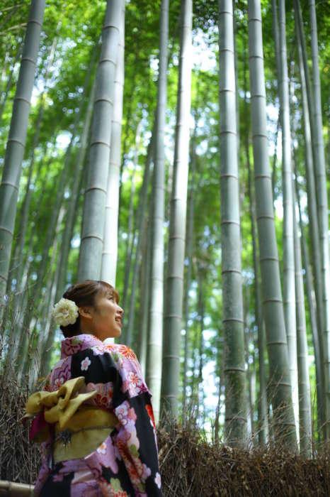 竹林の中の着物の女性