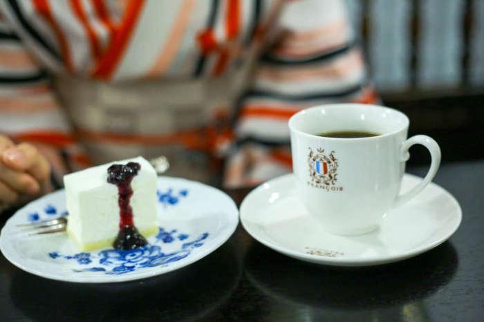フランソワ喫茶室のコーヒーとチーズケーキ