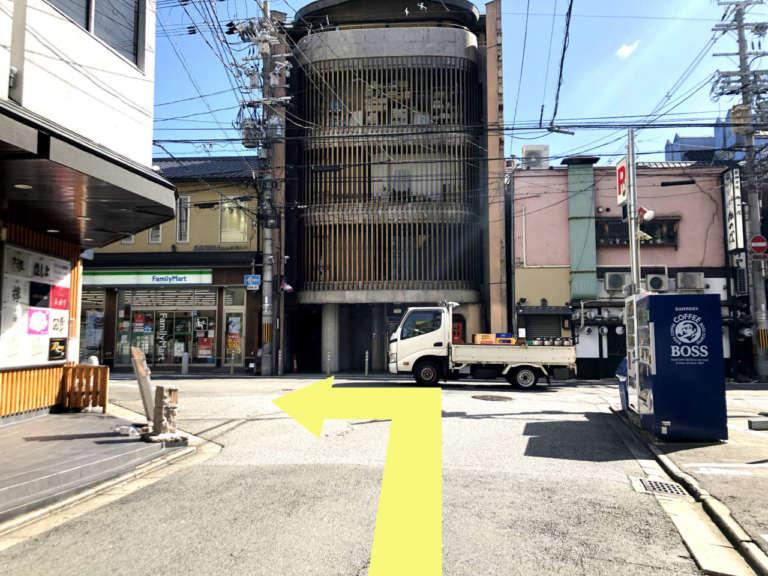ファミリーマート祇園白川店前のT字路