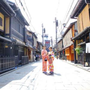 祇園新橋の石畳の上に立つ着物姿の女性