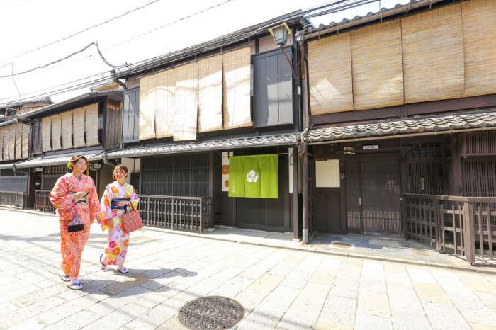 祇園新橋を着物姿で歩く