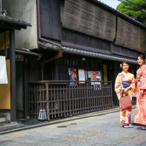 祇園新橋店前で着物姿