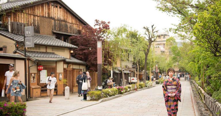京都の昔ながらのお茶屋が残る情緒ある街並み 祇園白川
