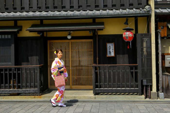 京町家の格子の前で着物姿