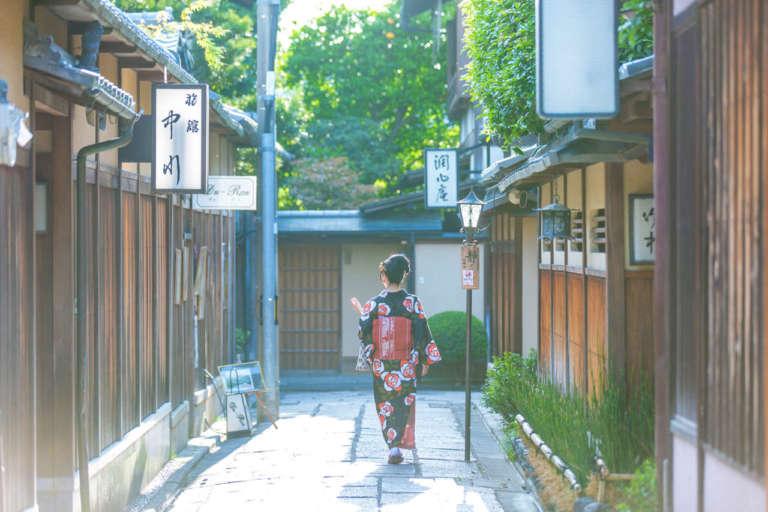 古都・京都の風情が漂う石畳の細い路地 石塀小路
