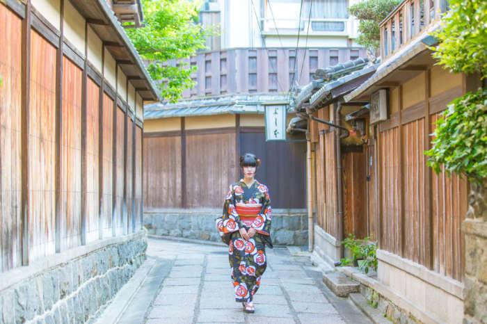 石塀小路を着物姿で歩く女性