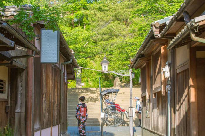 石塀小路と着物姿の女性、人力車