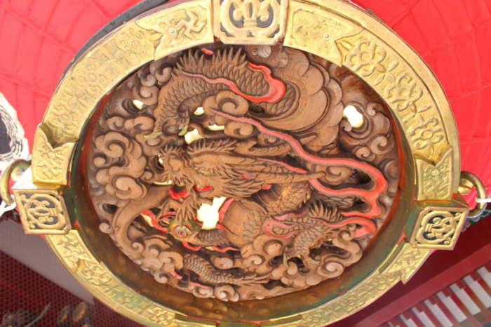 雷門の木彫りの龍