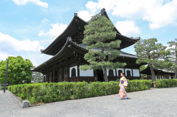 建仁寺境内を歩く着物姿の女性