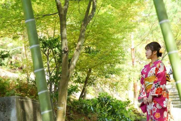京都の竹林の中で着物姿