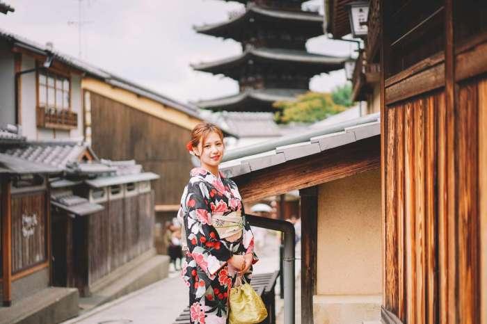京都八坂の塔の前で着物姿