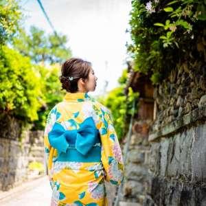 京都石塀小路を黄色の浴衣で歩く姿
