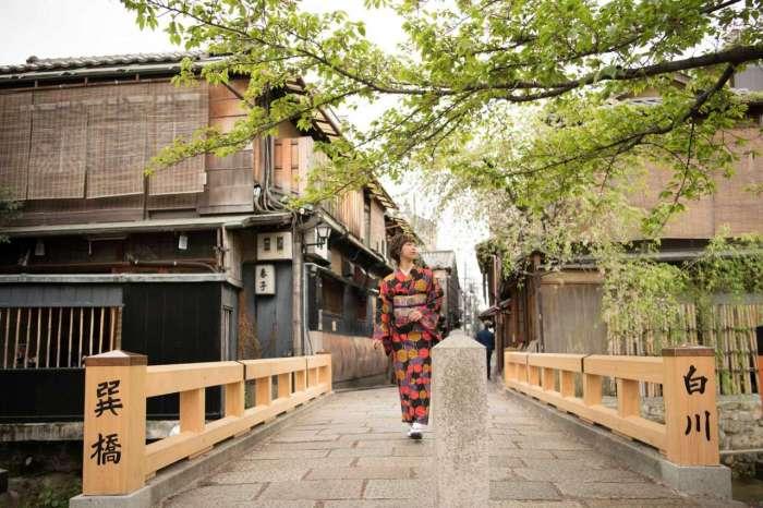 京都 祇園巽橋を着物姿で渡る