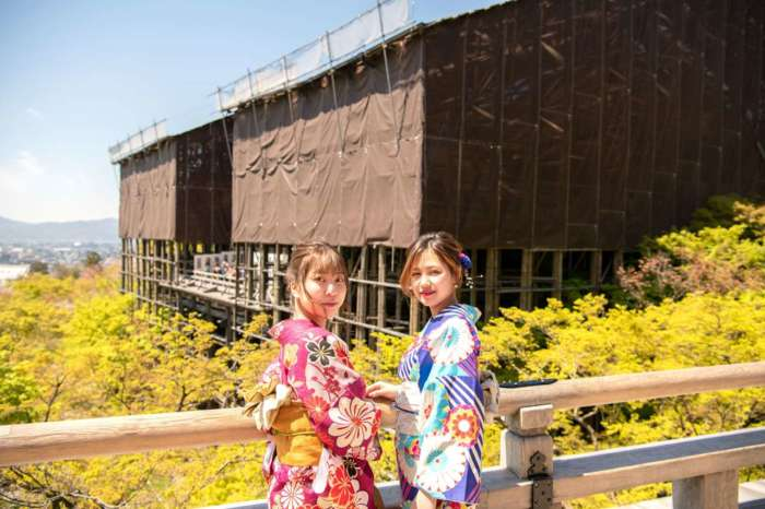 葺き替え工事中の清水寺で着物姿