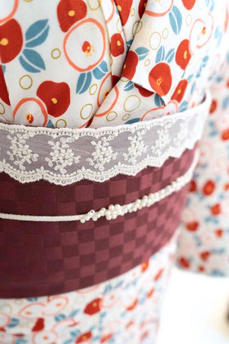 清水店椿の着物とレースの帯飾り