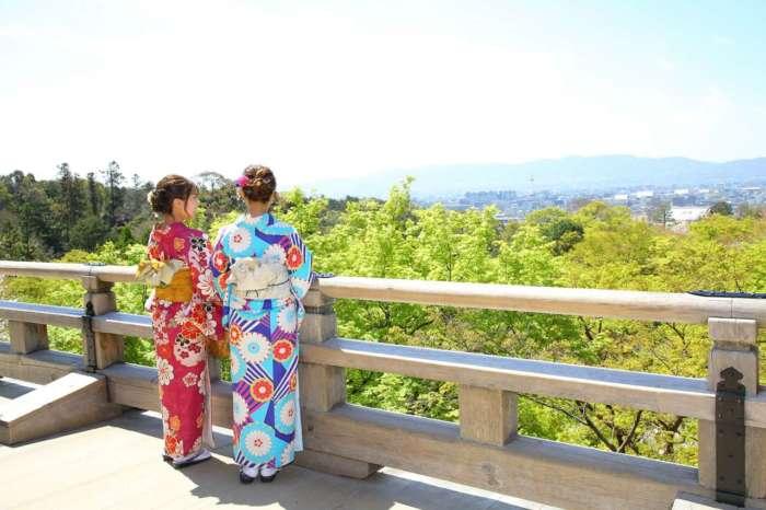 着物姿で京都市街を見渡す