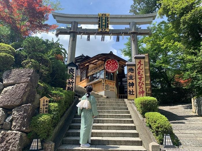 地主神社鳥居と着物姿