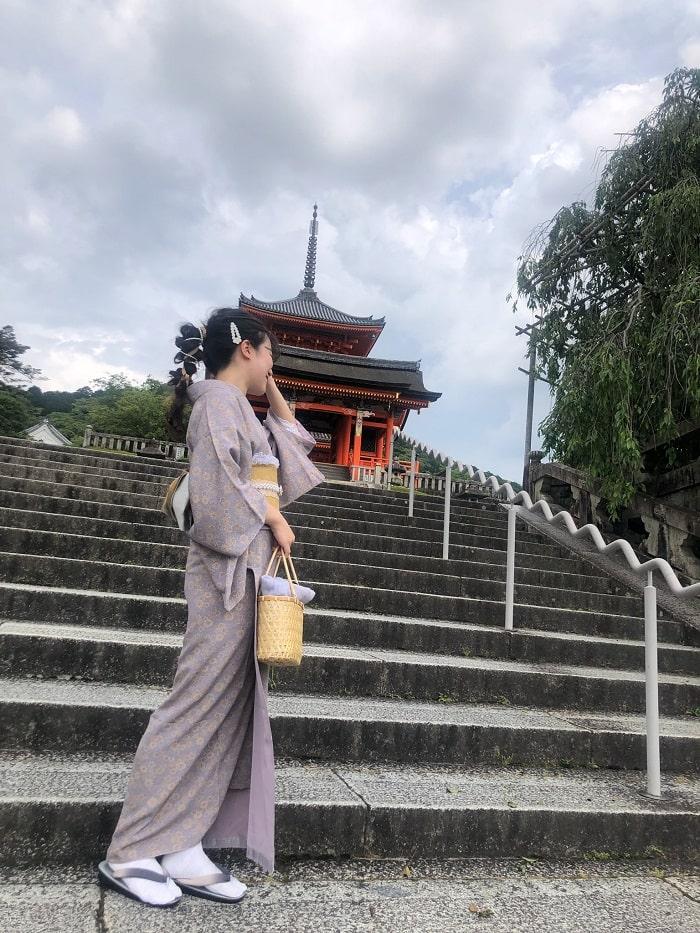 清水寺三重塔と着物姿