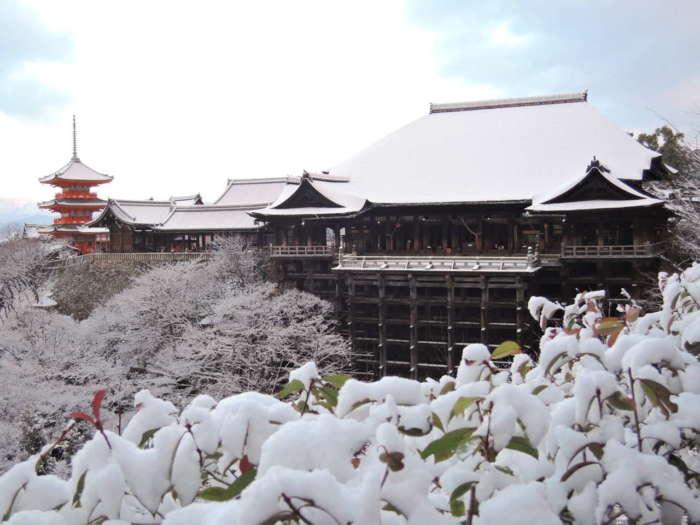 雪が積もる清水寺