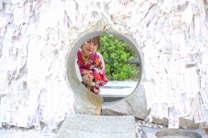 安井金比羅宮神社の縁結び碑の穴