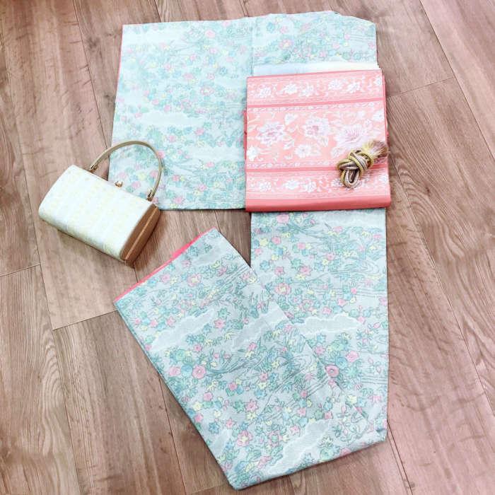 パステルカラーのアンティーク着物にピンク色の帯