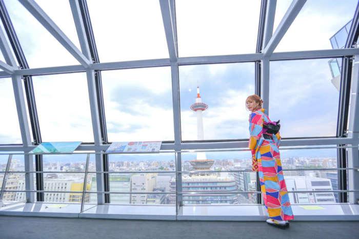 京都駅空中経路から京都タワーを眺める