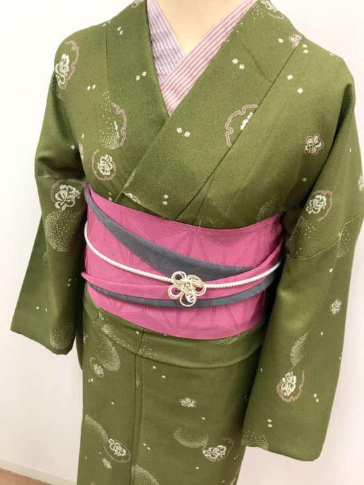 2つ目のコーデは同じくスタンダード着物にブランド帯を合わせてみました( *´艸`) 落ち着いた色味の緑色の着物に可愛さを演出するために濃いめにピンク色の帯で可愛さplusです♡ 大人な色味だけど女の子らしさが残るそんなコーディネートですね。 着物:スタンダード着物 3000円+tax ★事前予約価格★ オプション:柄衿/帯飾り/ブランド帯/ 各500円+tax