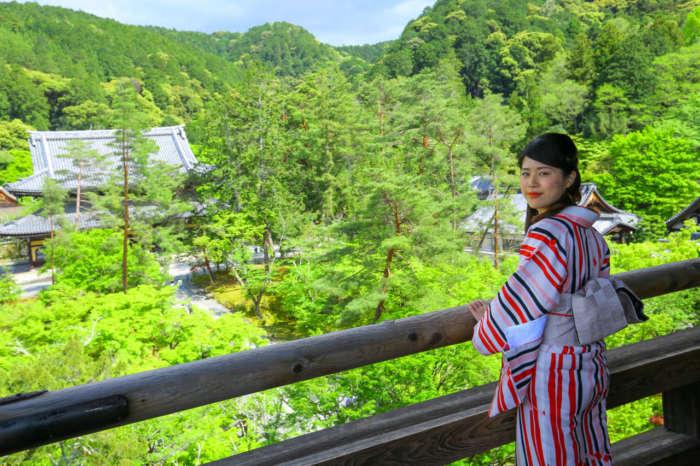 着物姿で南禅寺三門から境内を眺める