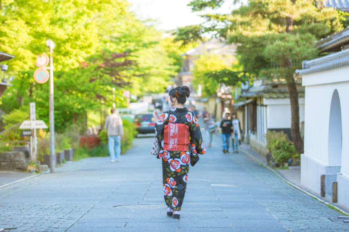 ねねの道を着物姿で歩く女性