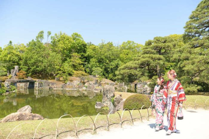 元離宮二条城の二の丸庭園を着物姿で歩く