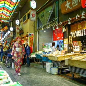 錦市場を歩く着物姿の女性