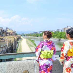 橋に立つ着物姿の女性2人