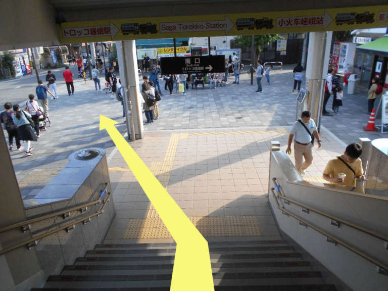 JR「嵯峨嵐山駅」南口階段下