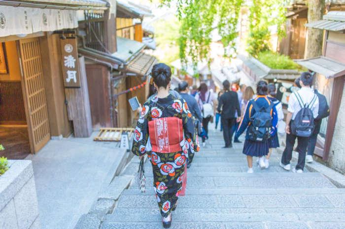 三年坂を歩く着物姿の女性