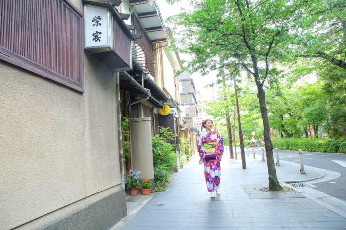 木屋町通りを着物姿で歩く様子