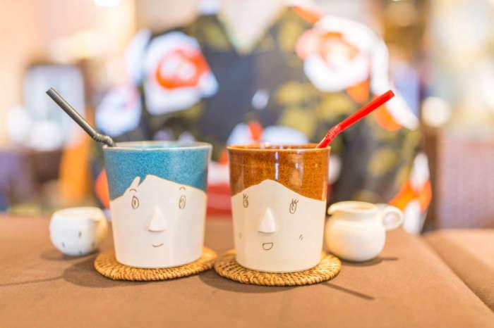 顔が描かれた陶器のカップ