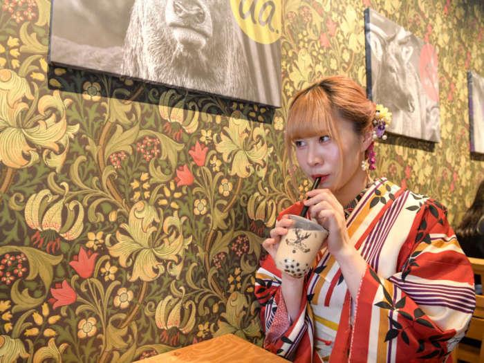 タピオカドリンクを飲む着物姿の女性