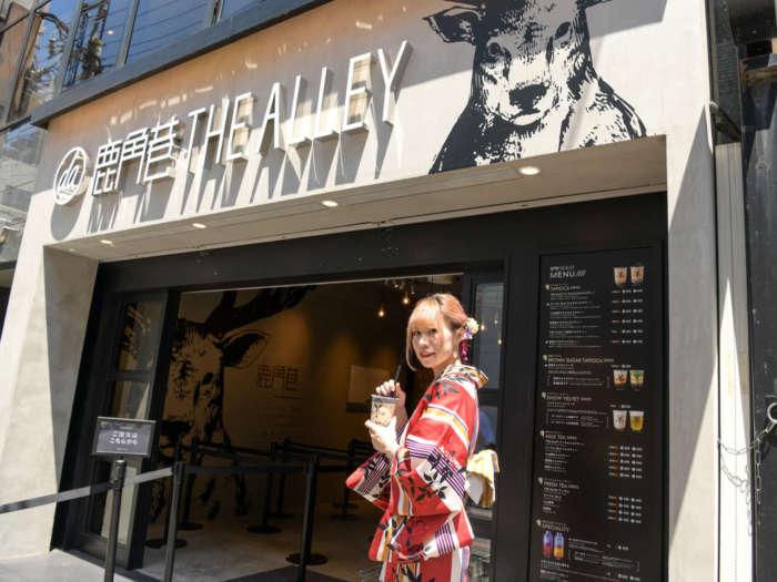 THE ALLEY(ジアレイ)の店頭に立つ着物姿の女性