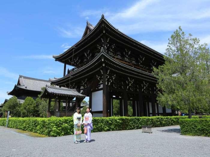 東福寺三門の前に立つ着物姿の女性