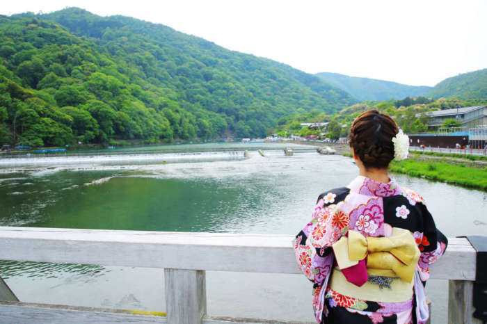 渡月橋と着物姿の女性