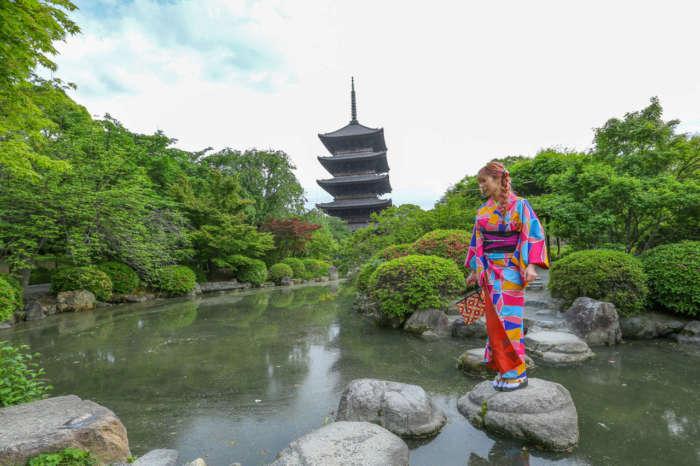 東寺庭園に立つ着物姿の女性