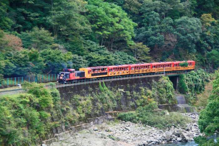 京都・嵯峨野トロッコ列車