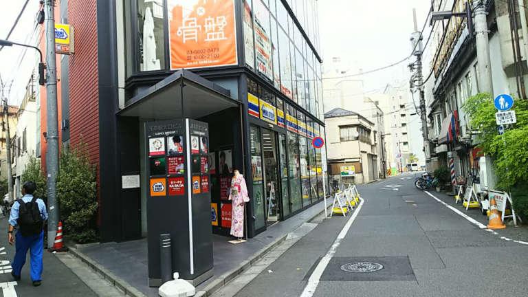 京越浅草店1階の看板とトルソー